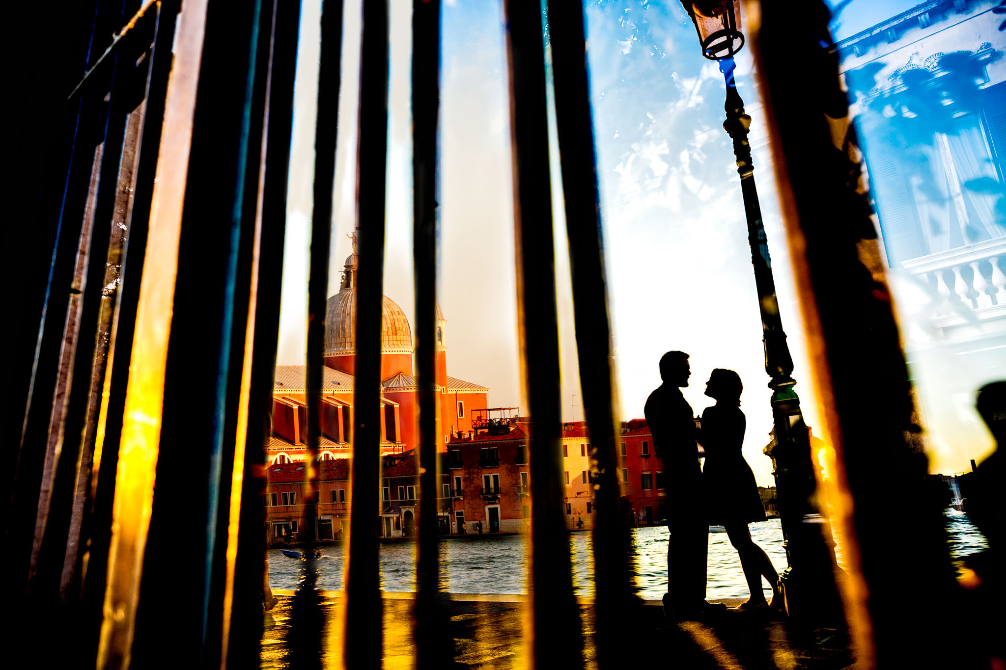 Engagement Photo in Venice with strong silhouettes and colorful buildings at sunset